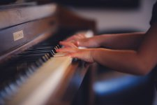 4k-child-hand-music-wallpaper.jpg