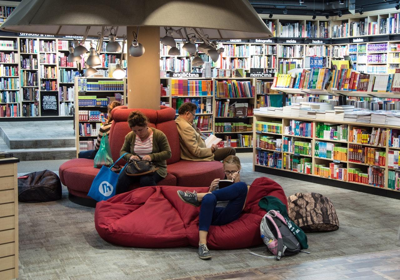 readers-on-bean-bags-in-library.jpeg?mtime=20171003093226#asset:523