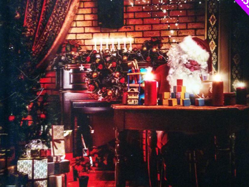 Lanterna di natale festosa illuminazione di una casa in legno