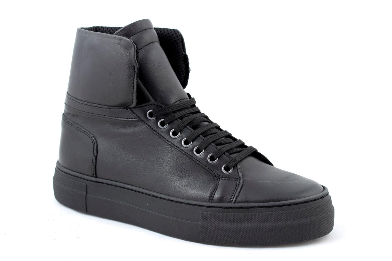 Zapatillas-hombre-alta-de-la-piel-en-negro-blancas-fondo-alto-zapatos