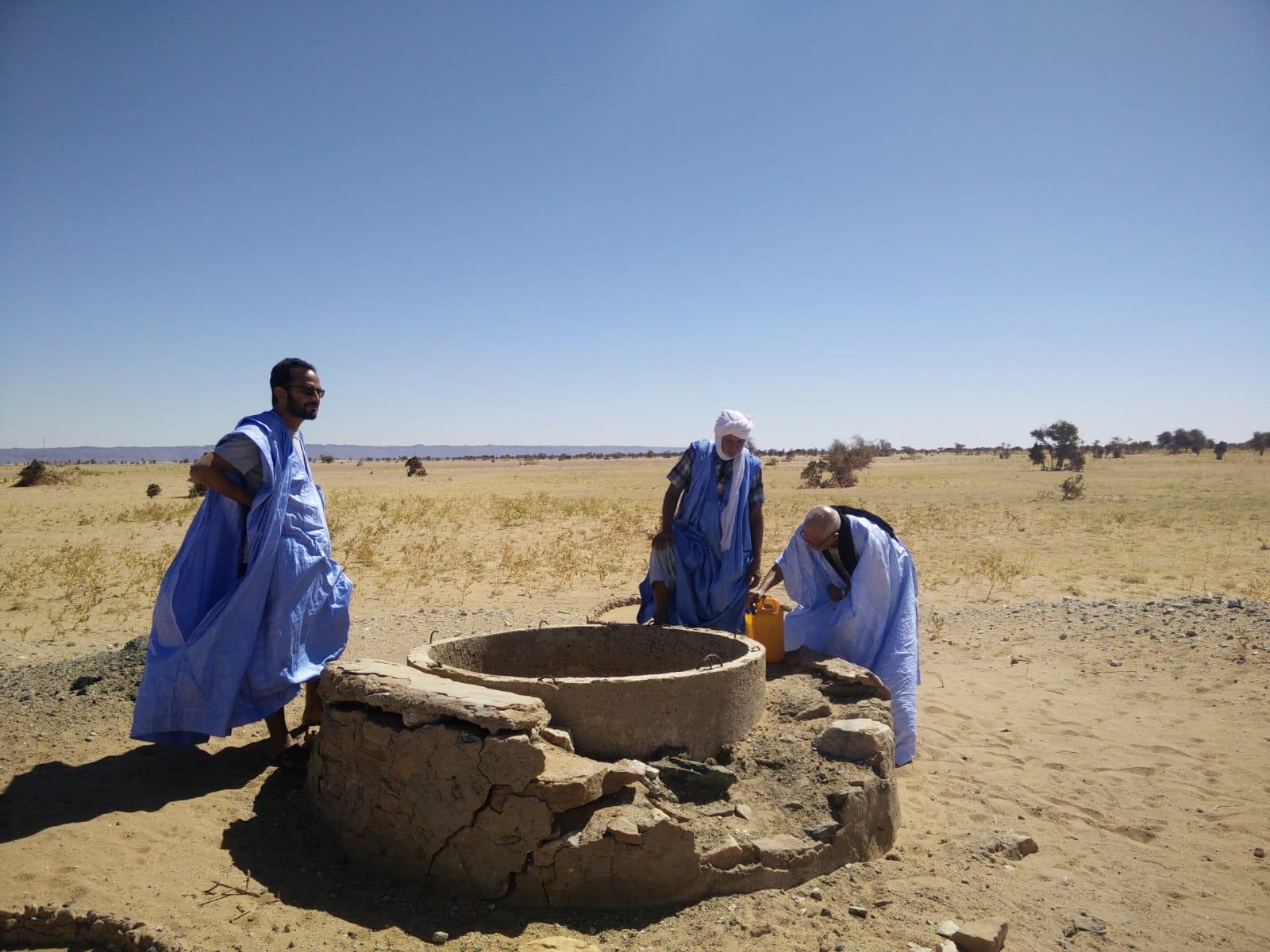 Prélèvement d'eau saumâtre pour analyse dans le Sahel
