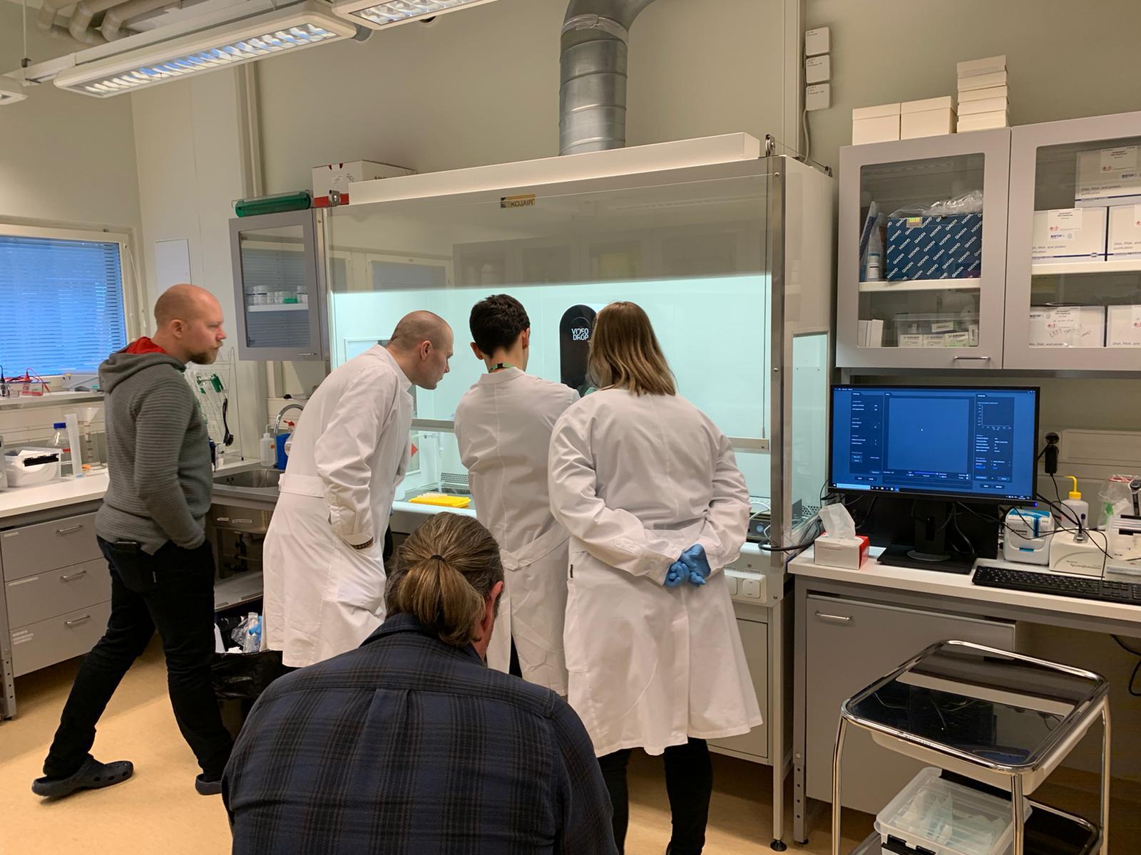 Démonstration du Videodrop auprès de l'équipe du Kuopio Center for Cell and Gene Therapy