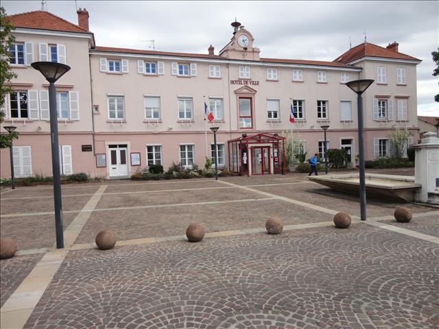 Place de la mairie en face du programme