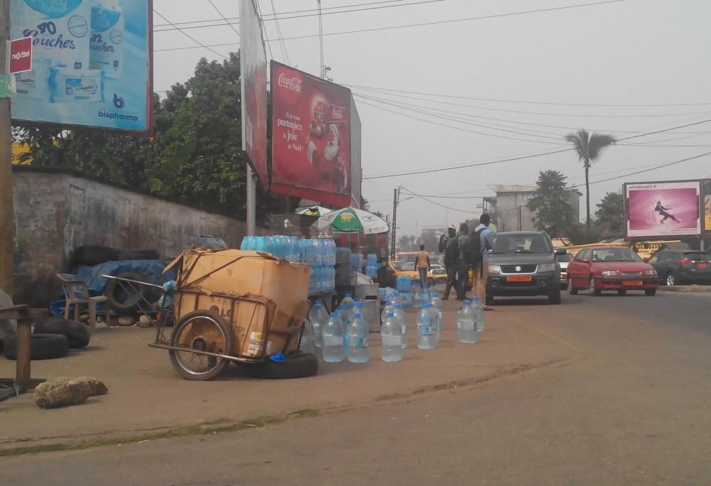 Vente d'eau filtrée dans les rues de Douala - Cameroun