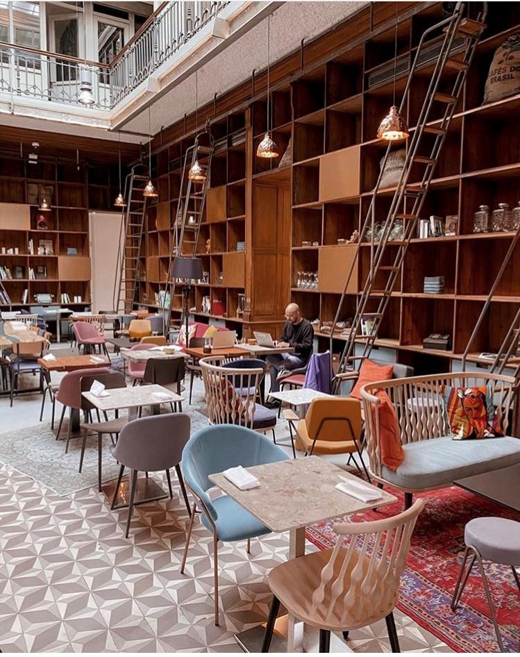 photo-café-bibliothèque-avec-meubles-depareilles
