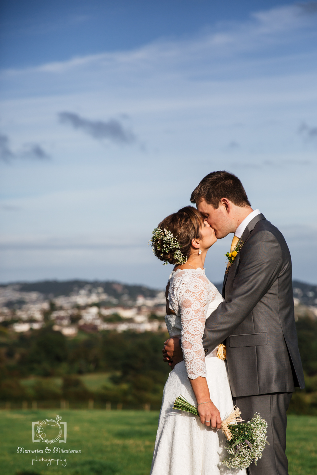 Laura & Dave\'s barn wedding in Devon {photos by Memories and ...