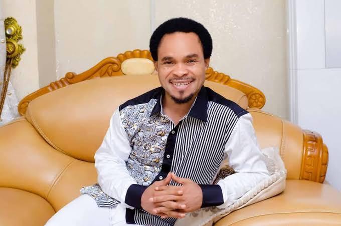 Prophet Odumeje sprays money in Enugu mall (video)