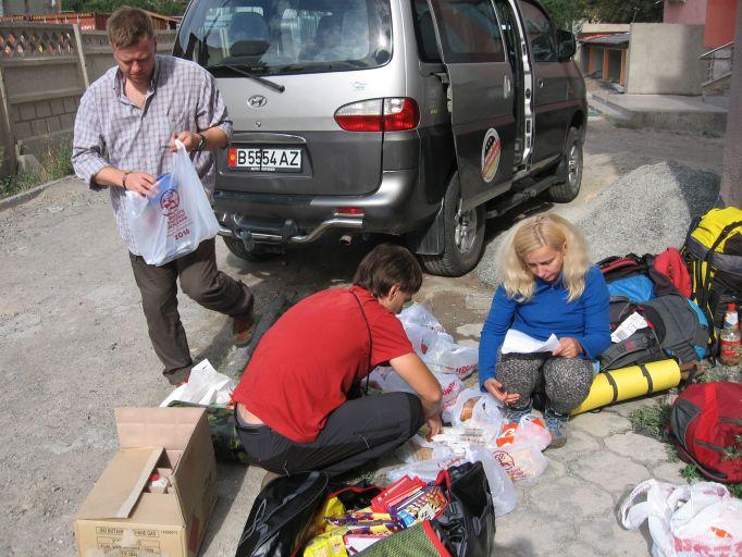 IMG_1278 - Сборы заброски в Бишкеке. Коробка с газом, еда, вещи которые не будем брать с собой. На заднем плане автобус Юры.