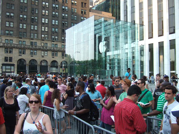 Apple Store Lines 600px