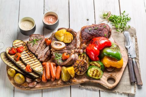 Sałatki z grillowanych warzyw, mięs i serów