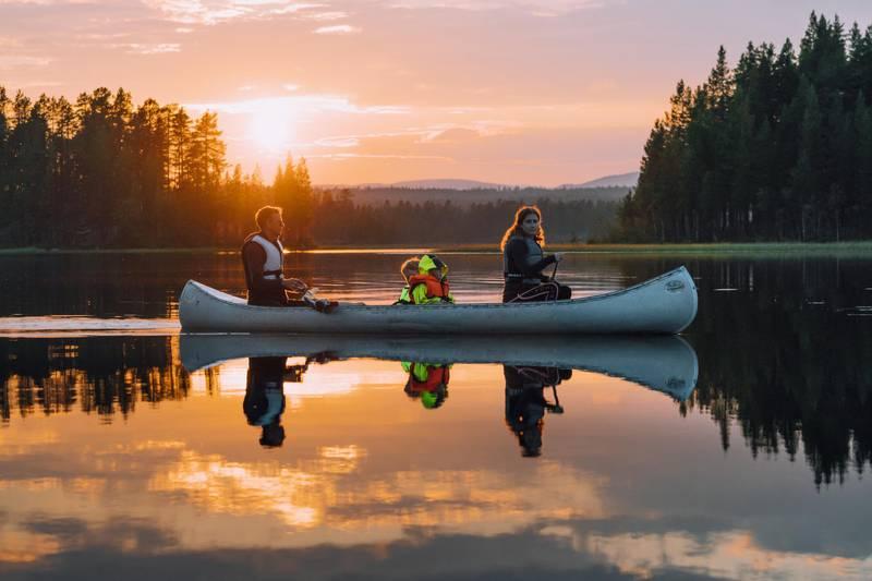 A family of three canoeing in Idre, Dalarna