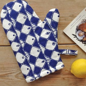 frisco heatproof oven glove or mitt with dramatic blue and white fish motif for kitchen