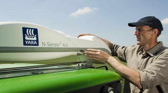 Yara N-Sensor med nöjd lantbrukare.