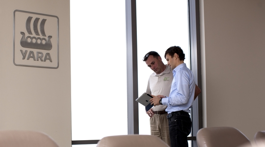 Two Yara employees in a meeting room