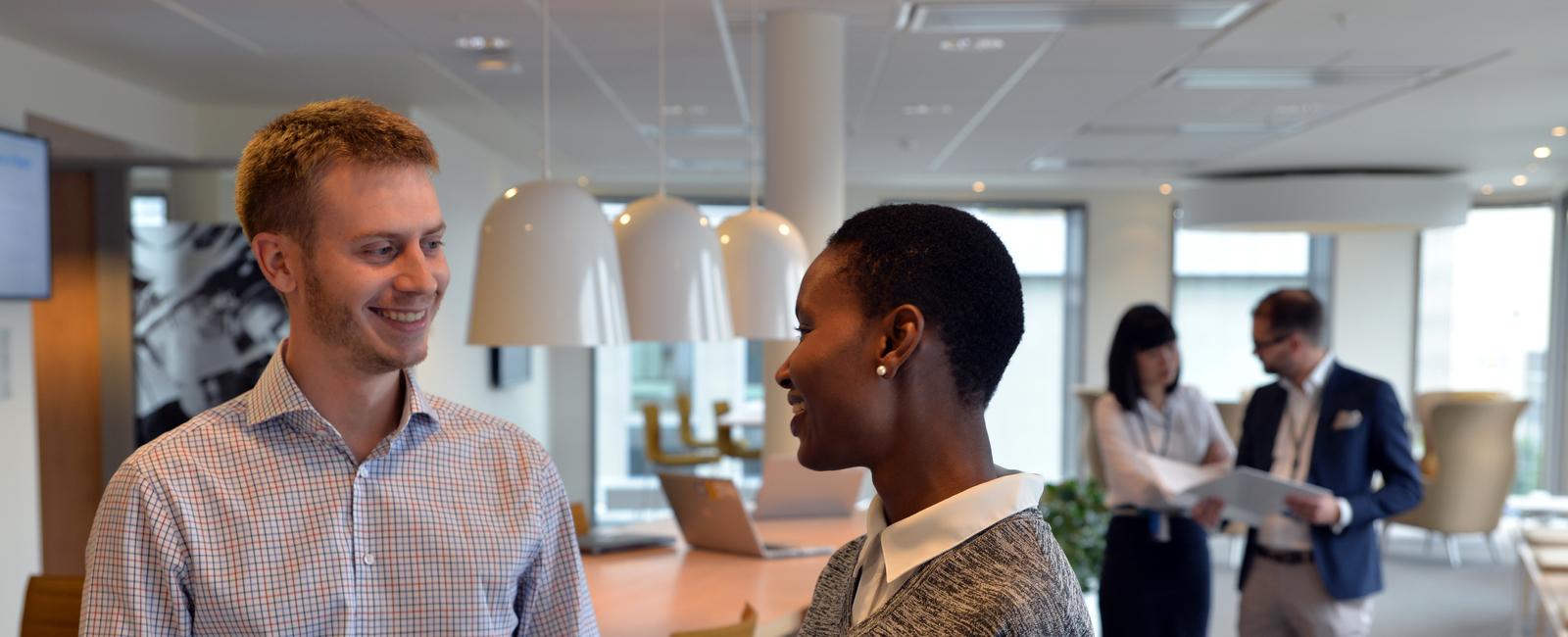 Mitarbeiter reden über Karriere