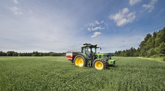 Traktor med Yara N-Sensor i fält