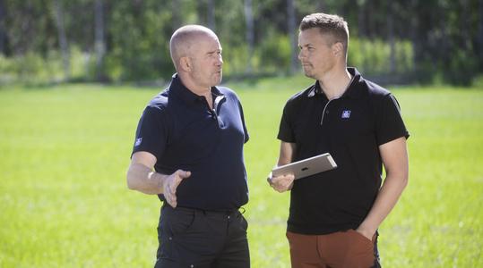 Christer Storfors ja Stefan Dahlvik pohtivat yhdessä miten kasvi saa oikeaan aikaan oikeat ravinteet