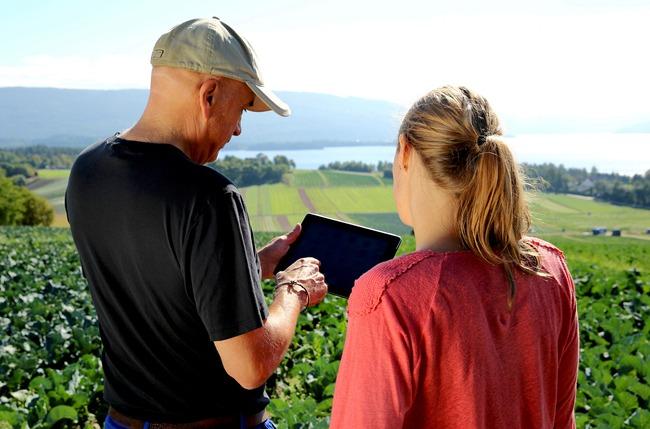 Yara farmer talking to Yara business partner