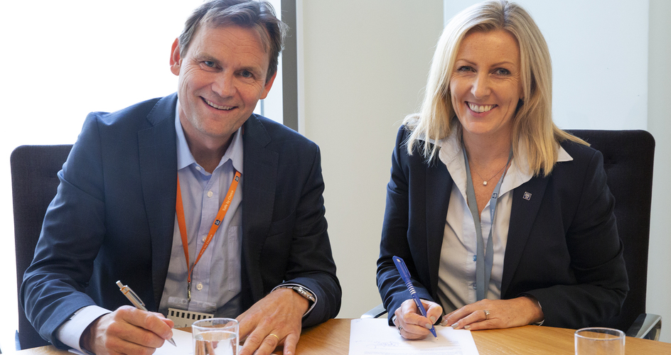 Jon André Løkke and Tove Andersen during agreement signing