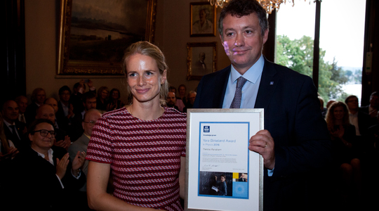 Therese Renstrøm receives award from Pierre Herben