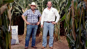 Diego y Marcelo en la milpa