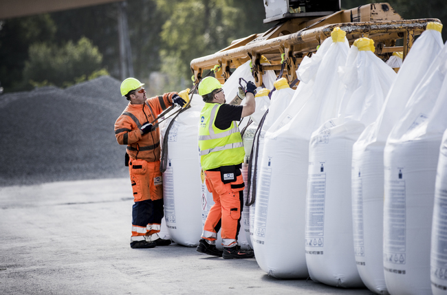 Yara Plant-workers stacking bags