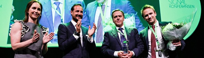 Norway's Crown Prince Haakon Magnus (second from left), presents award to Peter Strandberg, and Yara Marine Technologies CFO Kenny Strandberg, at Innovation Norway's Signal Conference