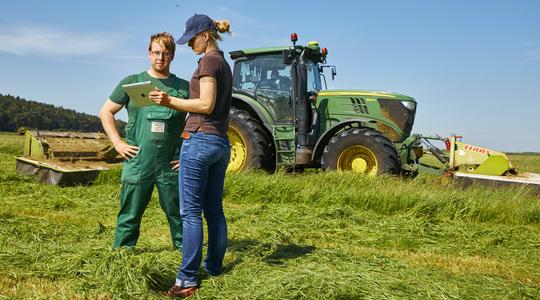 Yara farmer talking to yara employee