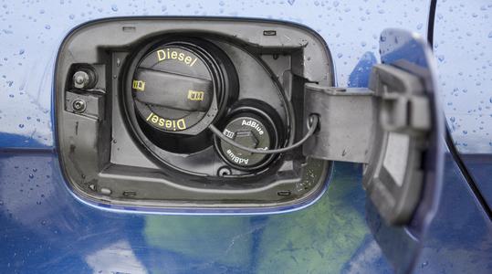 diesel and AdBlue täyttö henkilöautossa