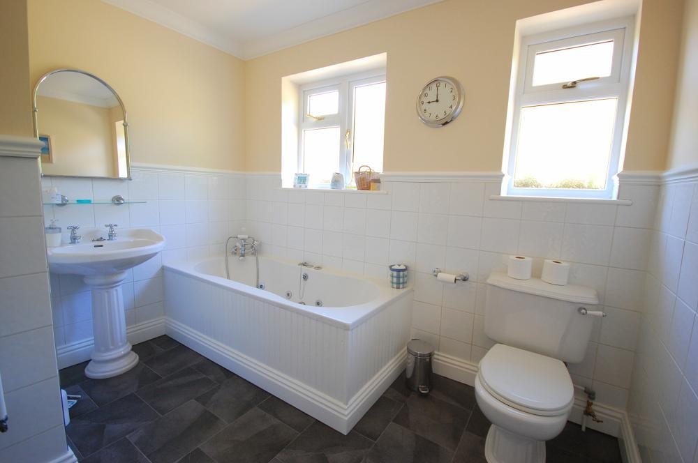 MUVA Estate Agents : Bathroom