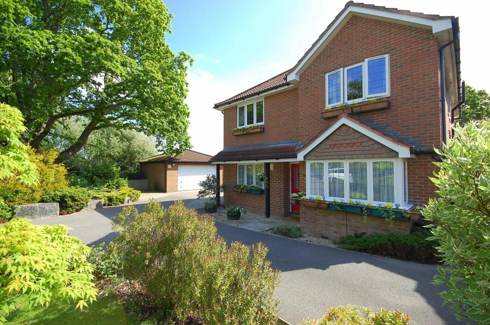 MUVA Estate Agents : Barrow View, Ferndown