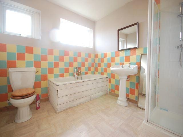 MUVA Lettings Agents : Family bathroom