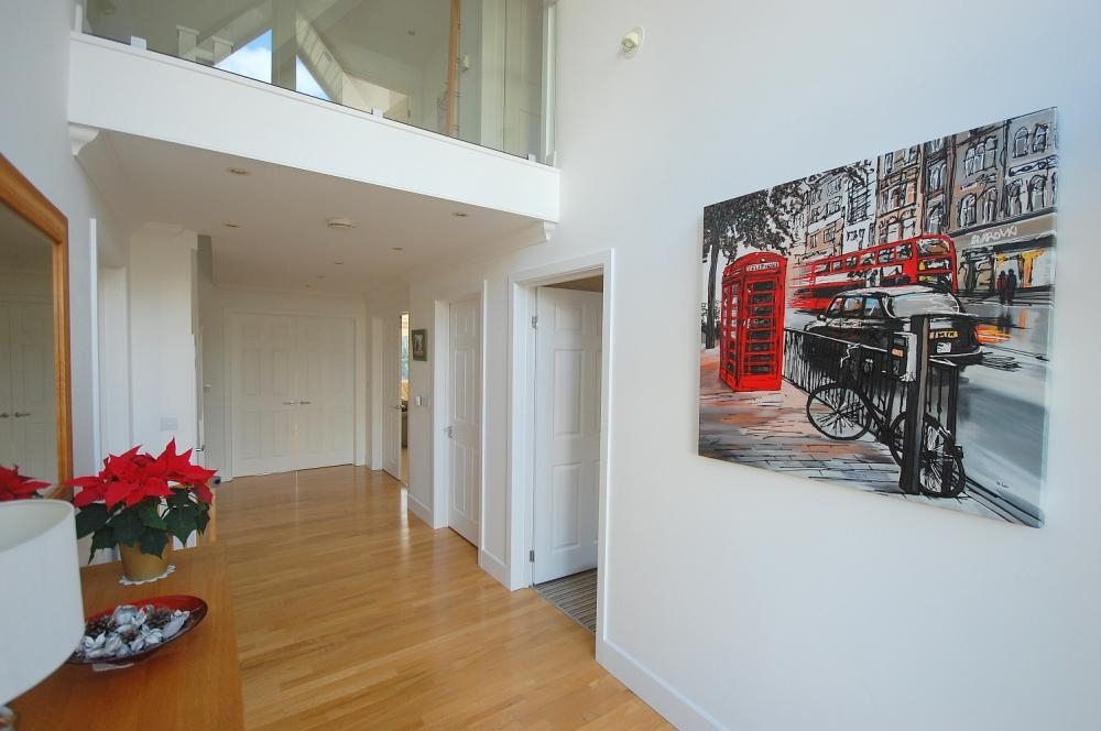 MUVA Estate Agents : Entrance Hallway