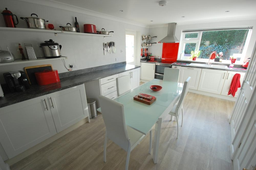 MUVA Estate Agents : Modern Kitchen