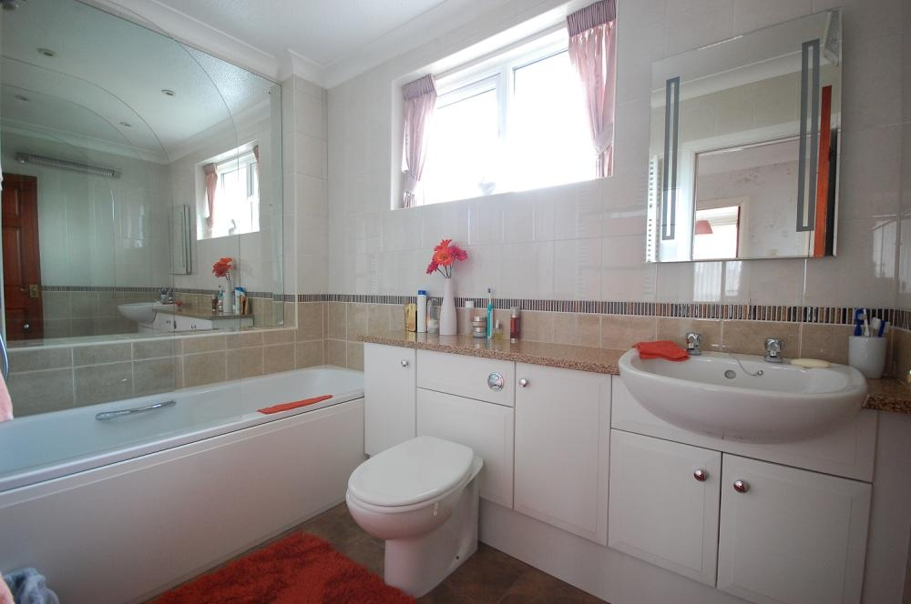 MUVA Estate Agents : Modern Bathroom