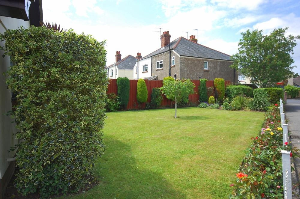 MUVA Estate Agents : Front Garden