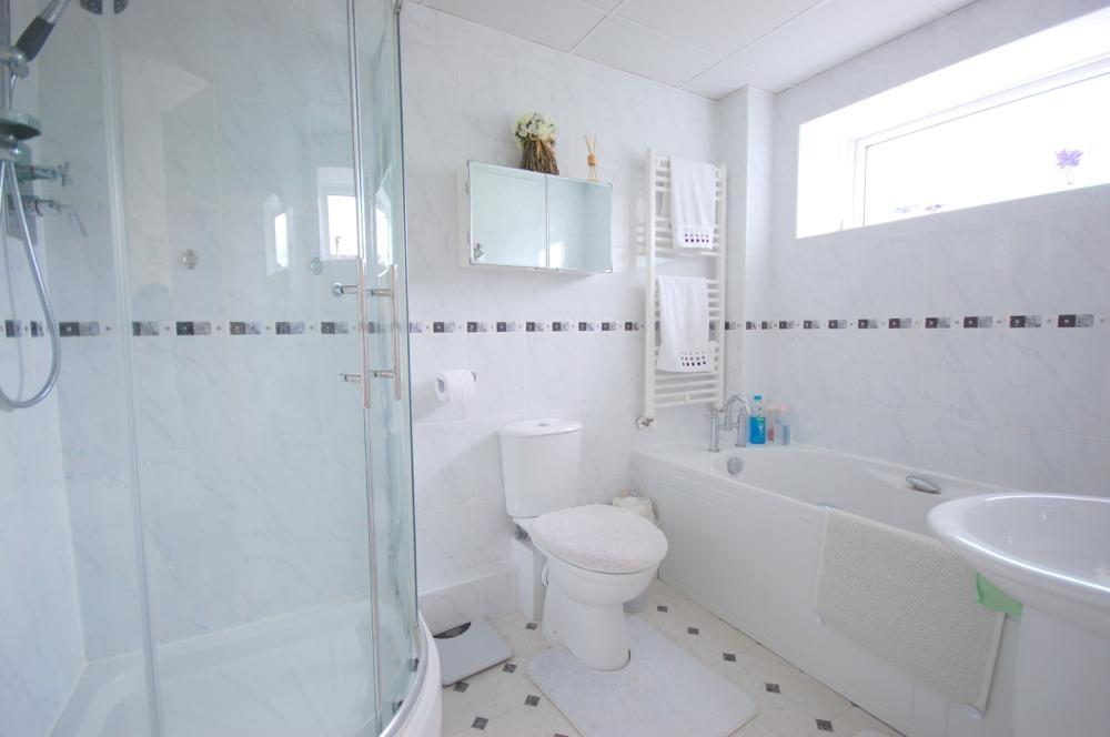 MUVA Estate Agents : Ensuite Bathroom