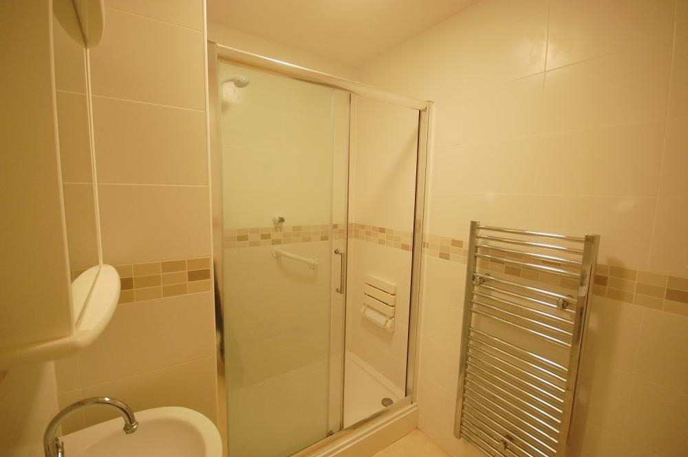 MUVA Estate Agents : Shower Room