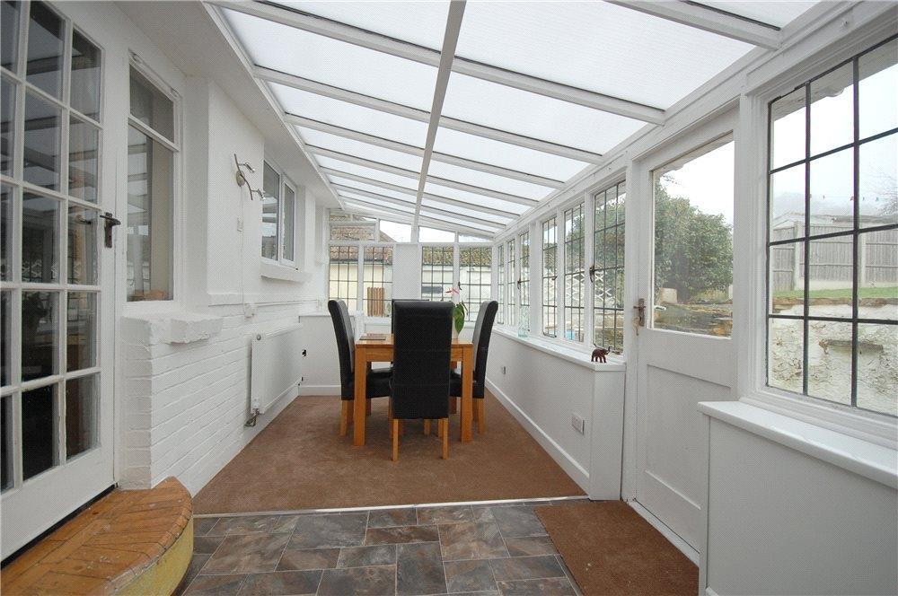 MUVA Estate Agents : Garden Room Shot 1