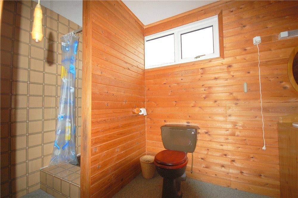 MUVA Estate Agents : Ensuite Shower Room