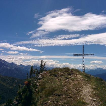 Foto Croce del Piz delle Casucce dal Passo del Mortirolo