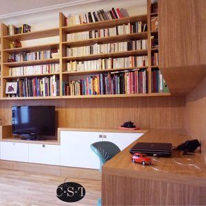 Agencement filant sur trois murs, avec bibliothèque suspendue. Christophe