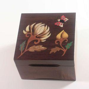 Boîte à musique, marqueterie « fleur papillon  » C8 Etienne