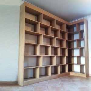 Bibliothèque en angle sur mesure, bois massif. Thibaut