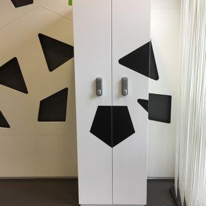 Casier laqué blanc satiné avec des decors noirs mats Philip