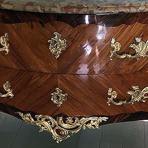 """Commode Louis XV Estampillé """" Roussel"""" en bois de placage de palissandre et de bois de rose Philip"""