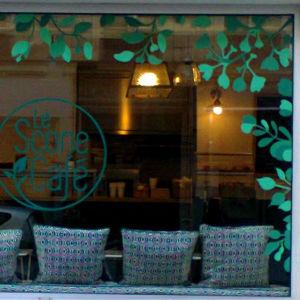 Vitrine de restaurant peinte avec des motifs végétaux graphiques. Meryam
