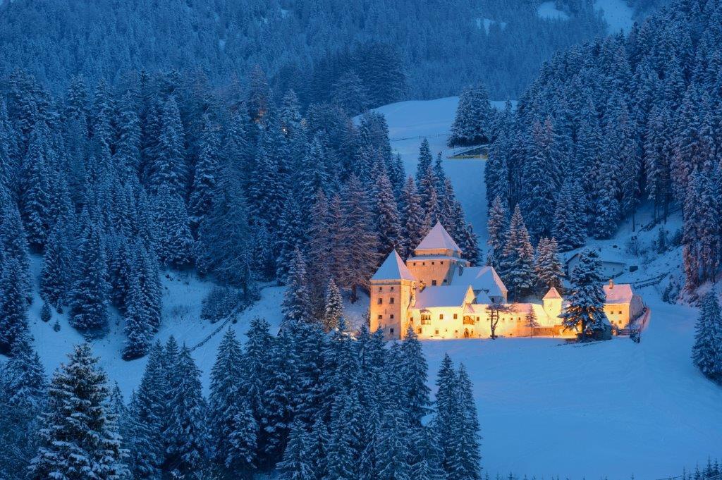 Kasteel Val Gardena Italie in de sneeuw