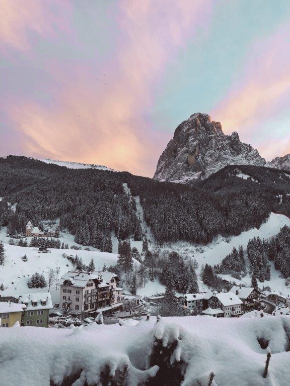 Sankt Cristina Italie bergen met sneeuw
