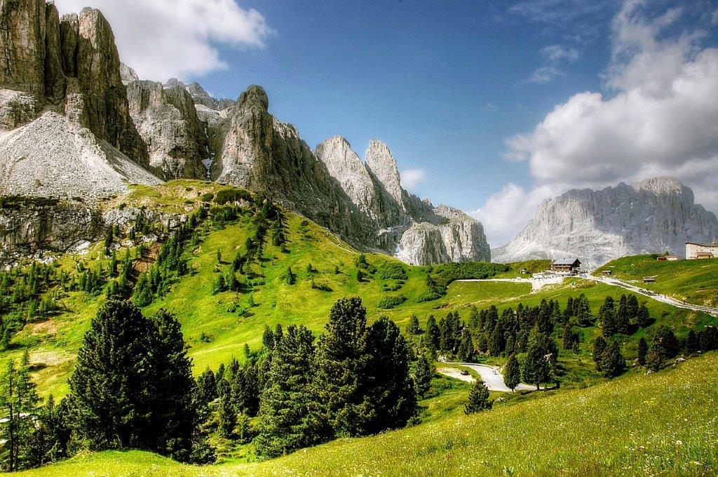 Val Gardena Italie in de zomer bergen met bomen